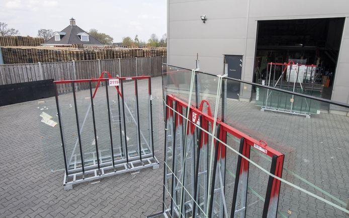 De pallets van de buurman zorgen volgens directeur Marco Wijma van de Twentse Glasgroep wel degelijk voor brandgevaar bij zijn bedrijf.