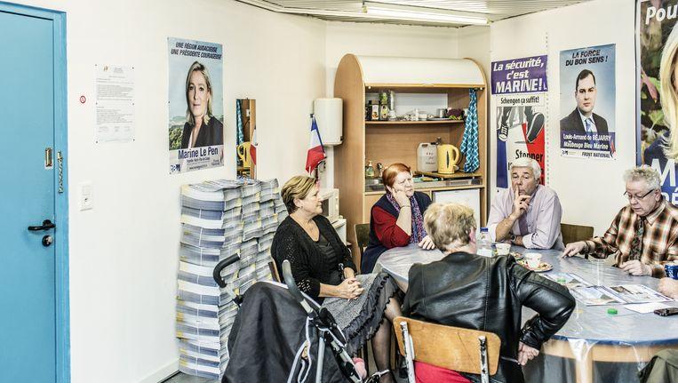 Het FN-partijkantoor in Maubeuge met Philippe Nortier (l.) en Jean-Pierre Huvelle (r.): 'Links en rechts hebben hun geloofwaardigheid verloren.' Beeld Franky Verdickt