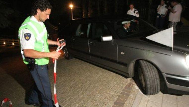 Een lijkwagen arriveert in de nacht van maandag op dinsdag bij de villa waar horecamagnaat Sjoerd Kooistra dood is aangetroffen. ANP Beeld