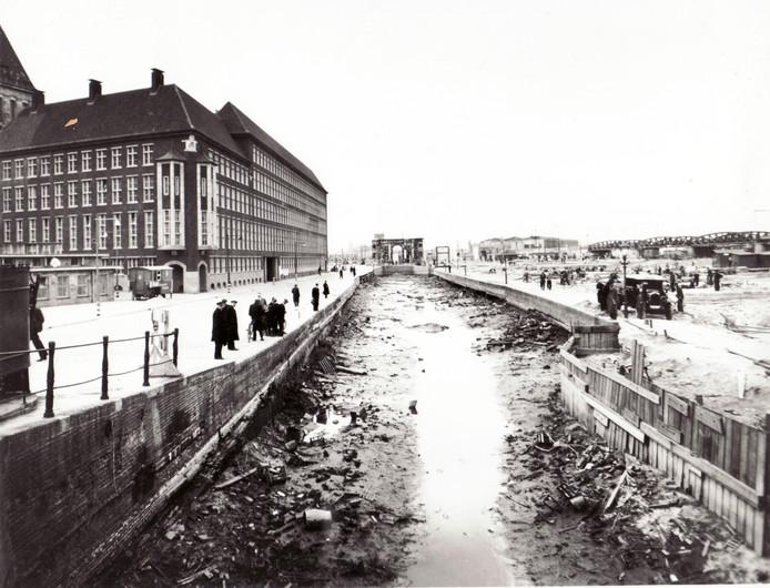 Rotterdam likt zijn wonden in 1941. Links het politiebureau Haagseveer en in de verte de Hofdijk. Recht voor het Haagseveer de resten van de Delftsche Poort en het Hofpleinstation met spoorviaducten.