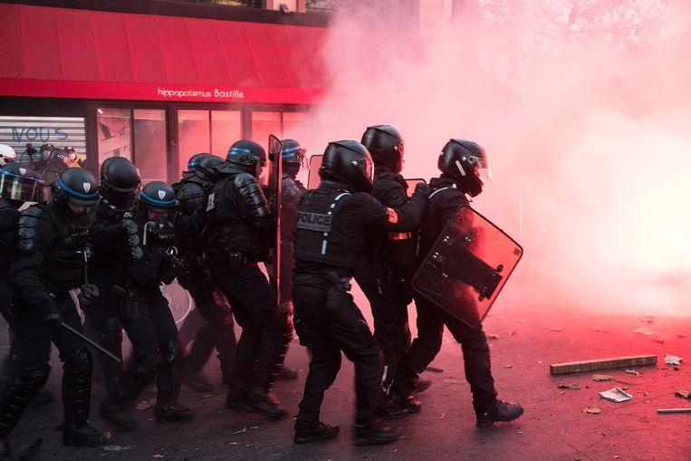 Rellen tussen demonstranten en politie in Parijs.  Beeld Photo News