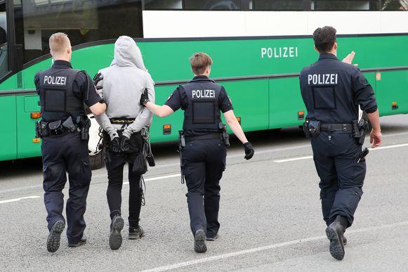 Duitse politie haalt de activisten van de sporen.
