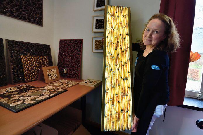Elly Deurloo van Noordzeebanket maakt kunst van mossels en lampen met scheermessen.
