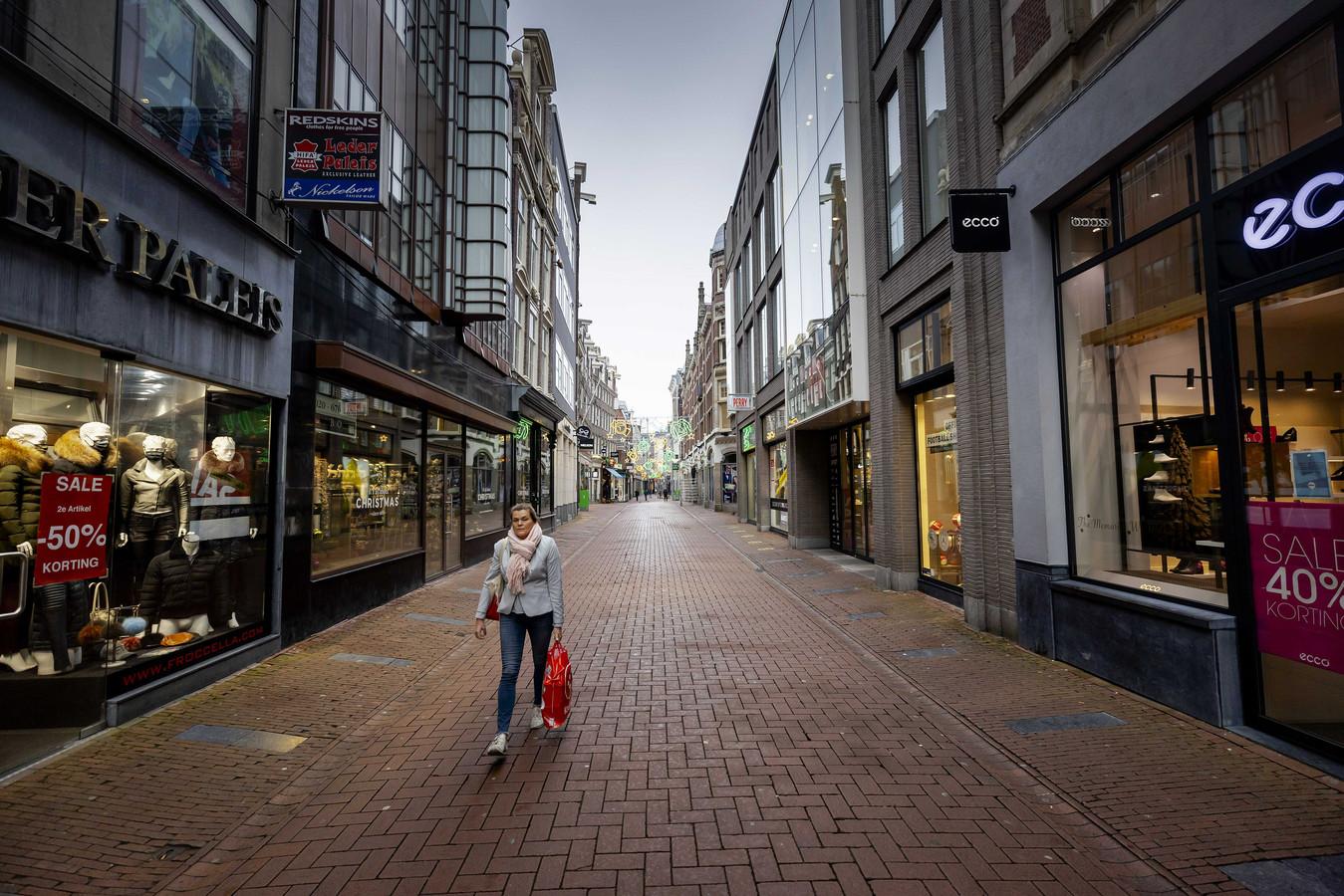 Door de huidige lockdown blijft het in de winkelstraten grotendeels leeg.