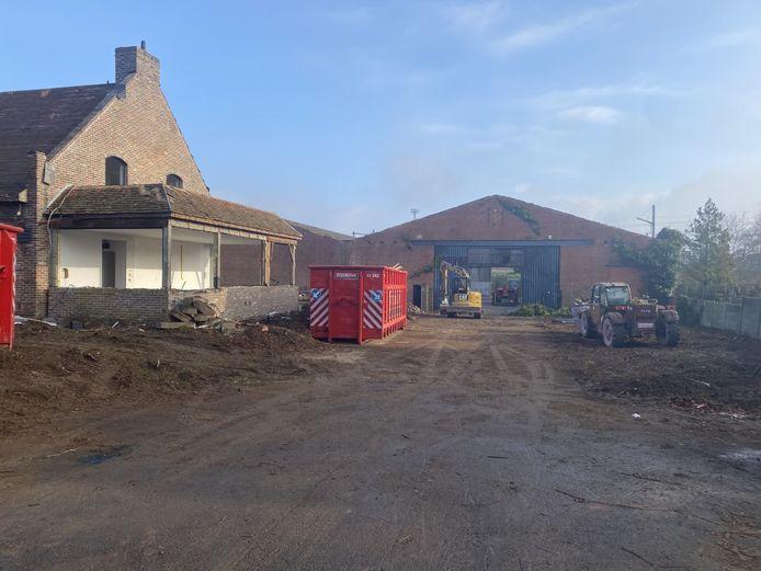 De afbraak van de villa en de loods is bezig in de Graaf Karel de Goedelaan