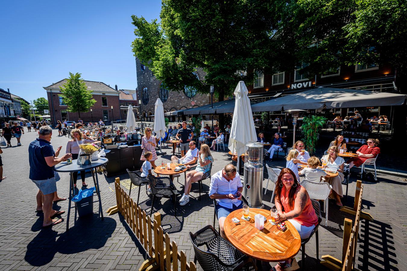 De terrassen van de cafés op de Oude Markt in Enschede zijn weer open.