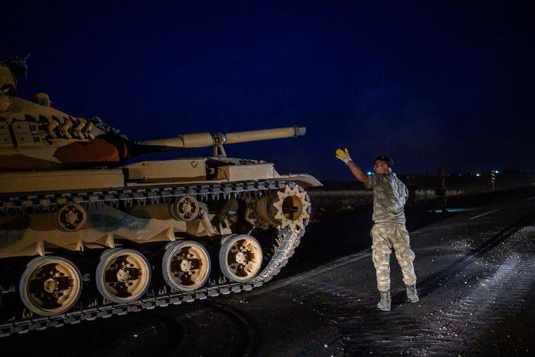 Een Turkse tank rijdt richting de grens met Syrië in de provincie Sanliurfa. Erdogan maakt de troepen gereed om binnen te vallen in Noord-Syrië. Beeld AFP