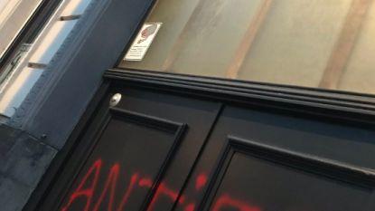 Vandalen besmeuren (opnieuw) deur van secretariaat Vlaams Belang in Antwerpen