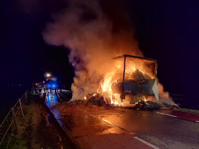 Brandende vrachtwagen op de N831.