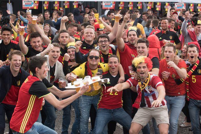 OUDENAARDE | De fans vieren de prestatie van het nationale team met een bier.
