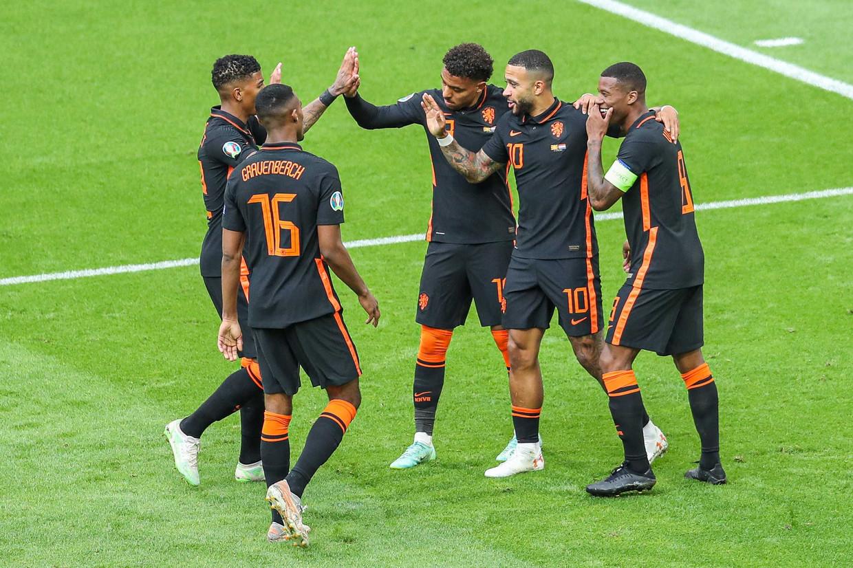 Spelers van Nederland vieren de 3-0 van Georginio Wijnaldum in de wedstrijd tegen Noord-Macedonië. Beeld ANP