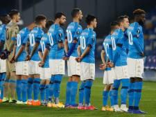 Tous les joueurs de Naples avec le N.10 de Maradona sur le terrain