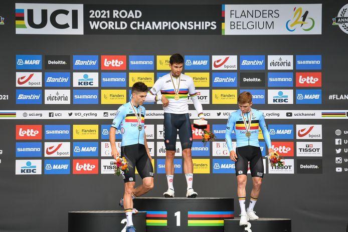 Het podium van het WK tijdrijden, met v.l.n.r.: Wout van Aert (zilver), Filippo Ganna (goud) en Remco Evenepoel (brons).