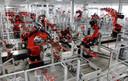 Robots in de Tesla-fabriek in Californië. Dit soort robots kunnen slechts één taak opknappen. Verandert het werk dan moeten ze herontwikkeld worden, wat zeer kostbaar is.