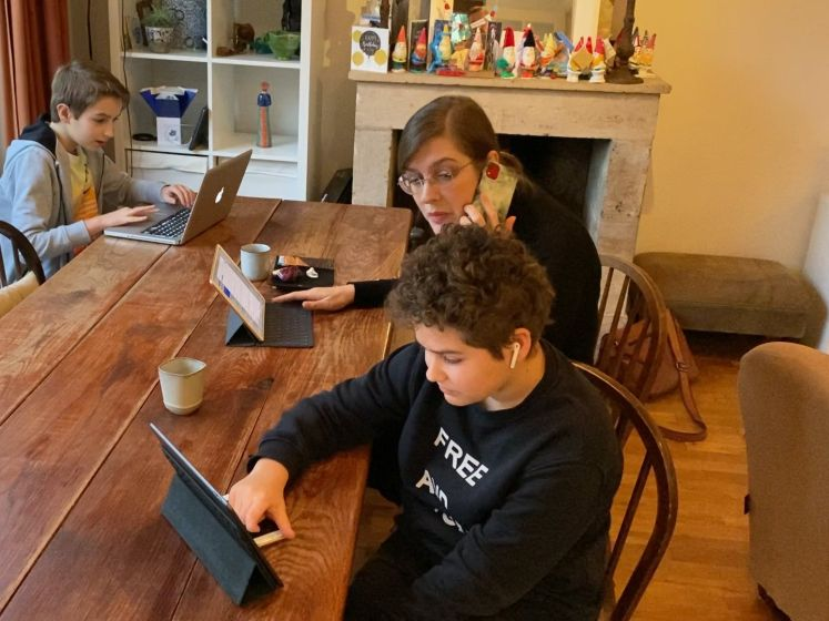 Het hele gezin thuis aan het werk: zo lossen zij dat op