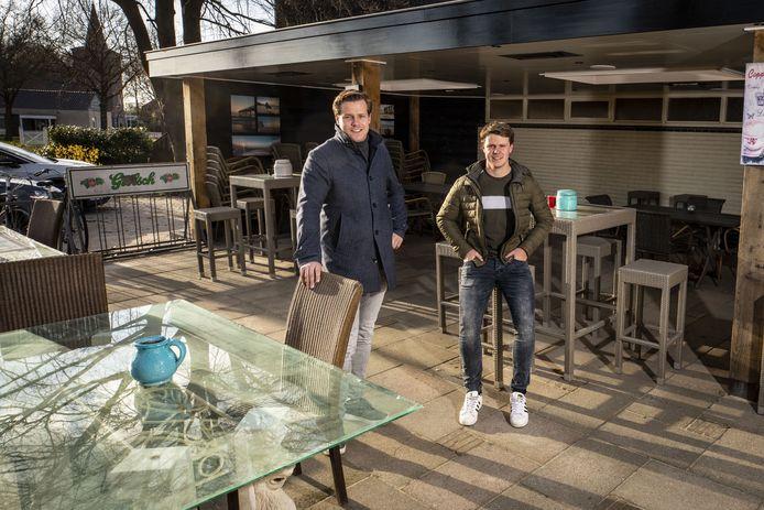Jort Kuipers (links) en Dion Wissink op het overdekte terras.
