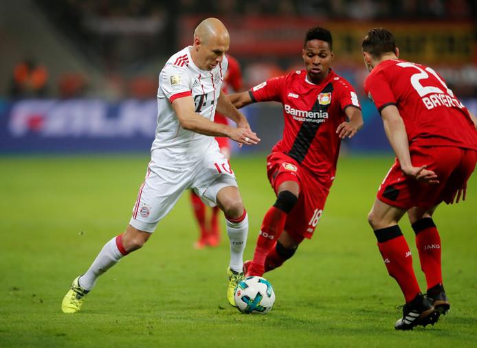 Arjen Robben in actie tegen Bayer Leverkusen.