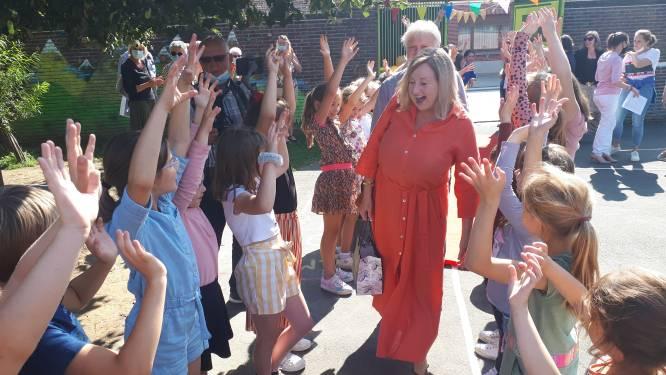 Collega's en leerlingen vieren pensioen van juf Manuella