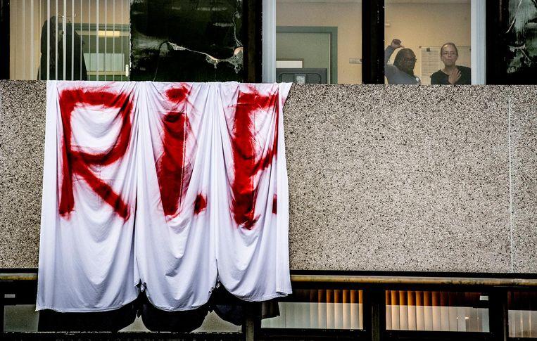 Medewerkers van het ziekenhuis hebben dit spandoek uit het raam gehangen. Beeld ANP