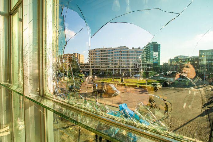 Hoe groot de schade was bleek in Eindhoven pas de dag na de rellen. Slechts weinig van de relschoppers kwam om te protesteren, zo bleek tot nu toe uit de rechtszaken.