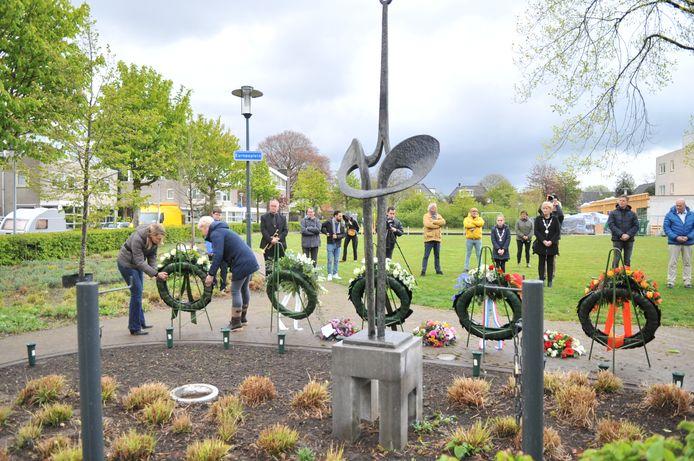 Kransleggingen bij het monument aan het Europaplein in Renkum.