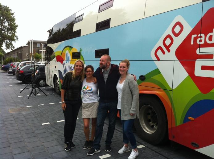 Na het interview voor Radio 2 gingen de moeder en zus van Bas Verwijlen op de foto met Floortje Dessing en Jeroen Kijk in de Vegte.
