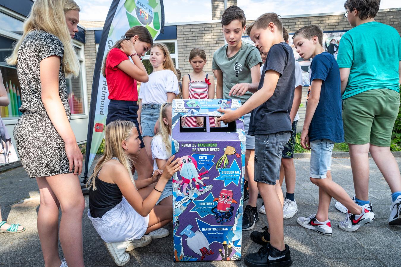 Kinderen van basisschool Trudo in Helmond bewonderen hun zelf ontworpen prullenbak.