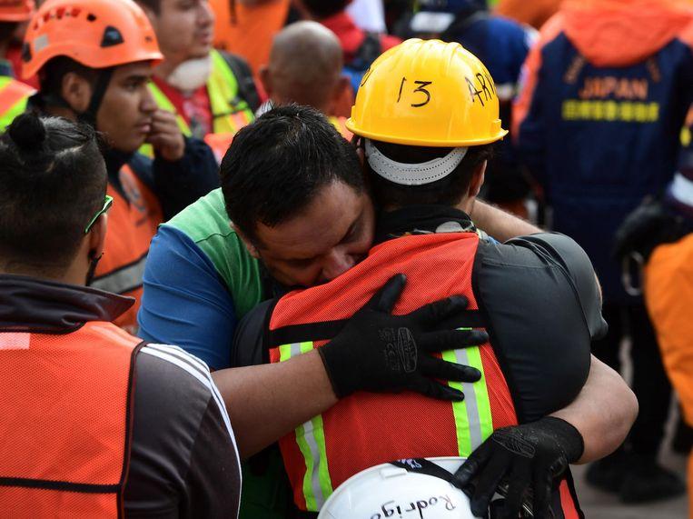 Verschillende werkers vielen elkaar in de armen.