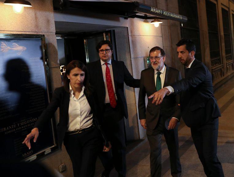 Rajoy werd gisteren na acht uur op restaurant gezeten naar buiten begeleid. Beeld REUTERS