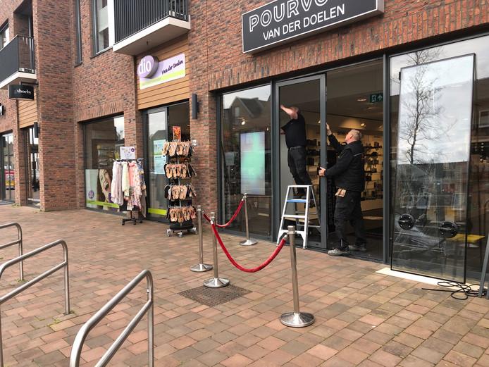De pui van de parfumerie wordt gerepareerd. Op de voorgrond de fietsenrekken waardoor de inbrekers met hun auto schuin op de pui mesten inrijden.