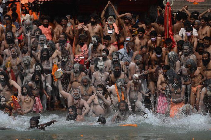 Van afstand houden is er bij een religieus feest in de rivier de Ganges geen sprake.