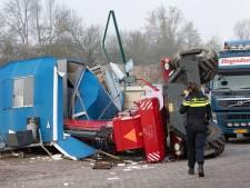 Chauffeur krijgt schrik van zijn leven: zwaar bouwvoertuig valt om, bouwkeet geplet