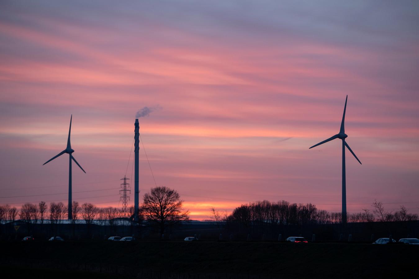 De windmolens die nu al op De Mars staan in Zutphen, tegenover Eefde.
