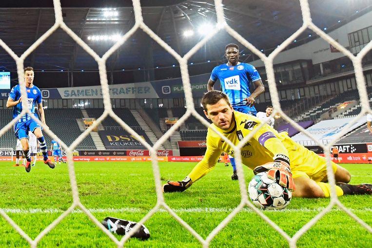 Anderlecht-doelman Hendrik Van Crombrugge redt een bal op de lijn in de laatste competitiematch tegen AA Gent. Beeld Photo News