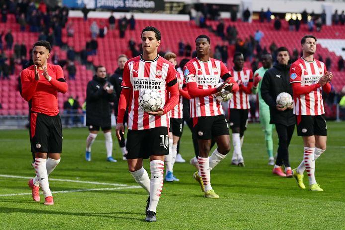Mohamed Ihattaren na het duel tussen PSV en FC Groningen in april. Daarin kwam hij nog kort in actie. Onder anderen Donyell Malen, Denzel Dumfries, Joël Piroe en Marco van Ginkel omringen hem hier.
