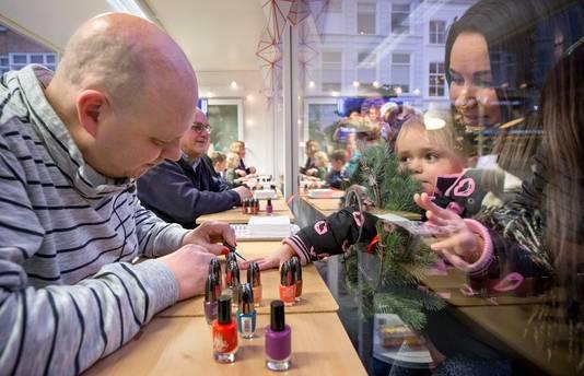 Gerrit, de vader van Tijn, lakt nagels bij de opening van de nagellakstudio van Serious Request op de Grote Markt in Breda. Vorig jaar begon Tijn Kolsteren uit Hapert zijn succesvolle nagellakactie bij het Glazen Huis op deze plek.  Foto: Joyce van Belkom/Pix4Profs