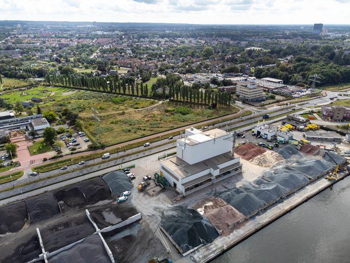 Asfaltfabriek APN met in het midden de Energieweg en boven de wijk Hees. Links in het midden groenschool Yuverta (voorheen Helicon) en rechts naast de bomenrij staat het Tiemstrapand.