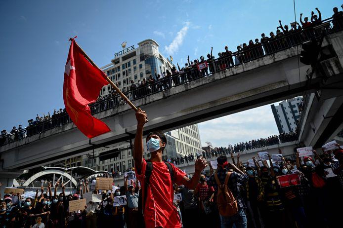 Inwoners demonstreren in Yangon tegen de militaire coup.
