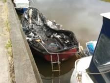 Van wie is deze uitgebrande boot op Urk?