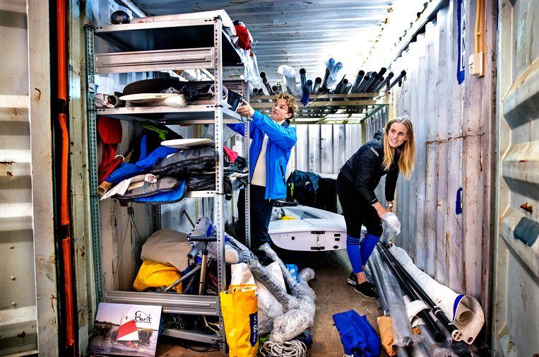 Marit Bouwmeester en Paul Hameeteman pakken in Scheveningen de materialen in voor een trainingskamp in Portugal. Beeld Klaas Jan van der Weij