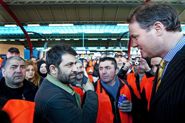 NS-topman Meerstadt (rechts) ruim twee jaar geleden op Utrecht CS in gesprek met schoonmakers. Beeld null