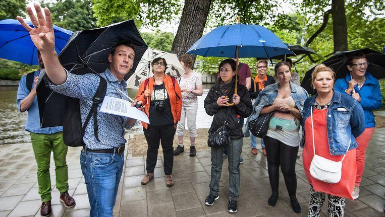 Daan Bartels leidt wandelaars langs de belangrijkste plekken uit het Amsterdamse leven van Liesbeth List. Beeld Sander Heezen