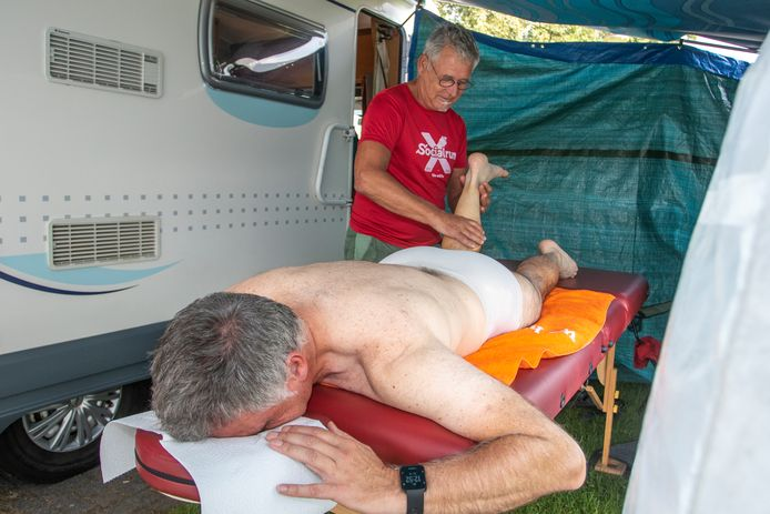 Jaap Wisse geeft een massage aan loper Ad Buitendijk op het terrein van Emergis in Kloetinge.