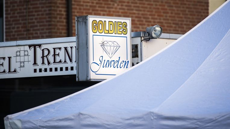 Een forensische tent bij de overvallen juwelierszaak in Deurne. Beeld anp