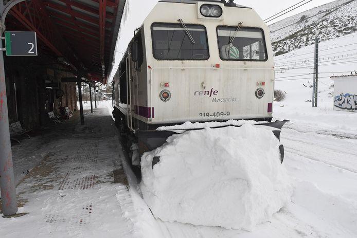 Het treinverkeer in het plaatsje Busdongo in de regio Castilië en Léon lag zondag uren stil. (2/2)