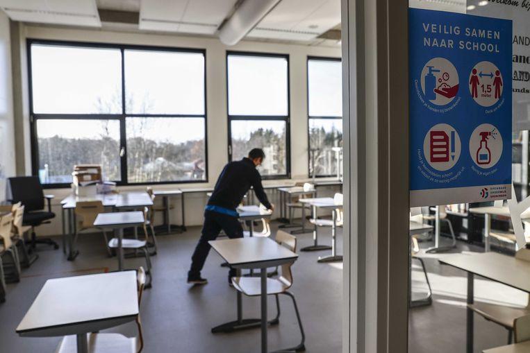 Momenteel geldt binnen de schoolgebouwen nog de 1,5 meter afstand, waardoor niet alle leerlingen tegelijk en vijf dagen per week hun lessen kunnen volgen. Beeld ANP