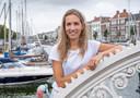 """Daisy Wijffels bij de Spijkerbrug in haar woonplaats Middelburg: ,,Als ik nu langs die bootjes loop, denk ik: ik zou het zo graag nog eens doen."""""""