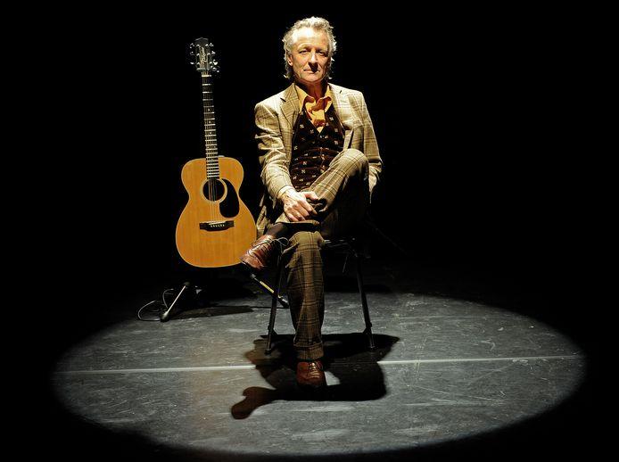 Jeroen van Merwijk zong De Roltrap, over hoe fijn het is op een roltrap te staan.