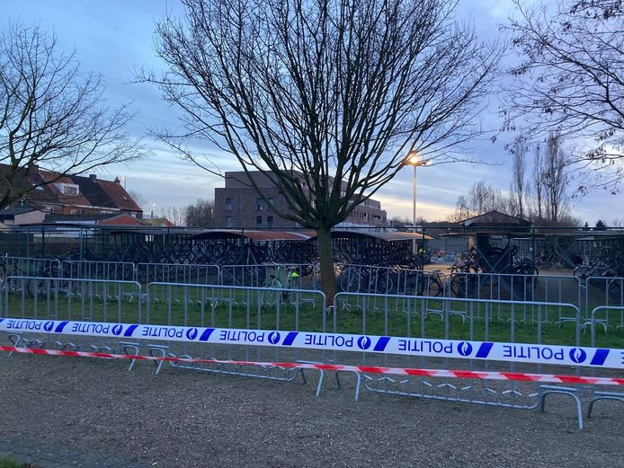 De fietsenstalling bevond zich aanvankelijk binnen de perimeter, waardoor de leerlingen niet naar huis konden