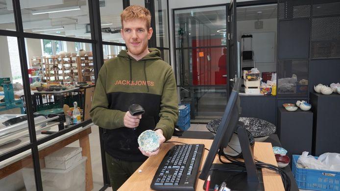 Jo Peeters verkoopt vanaf 9 oktober de keramieken potjes die hij zelf maakt in 'De wink3l' in Genk.